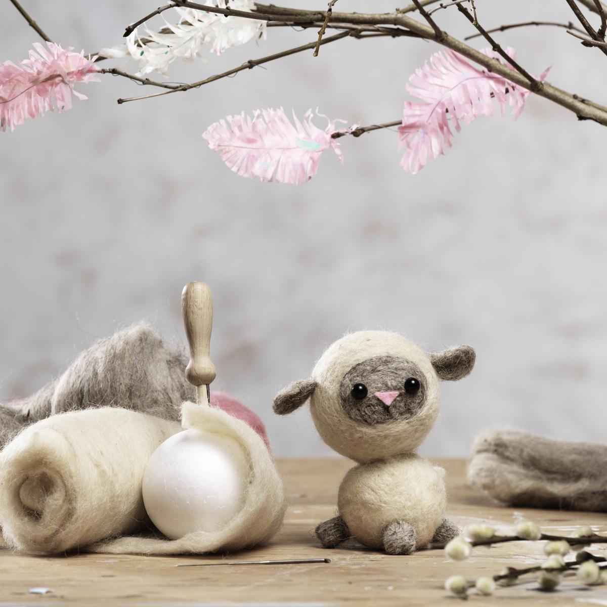 Lag et ullent og søtt lam ved hjelp av nålefilting